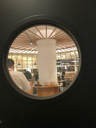 angolazione ristorante vista da dentro la cucina