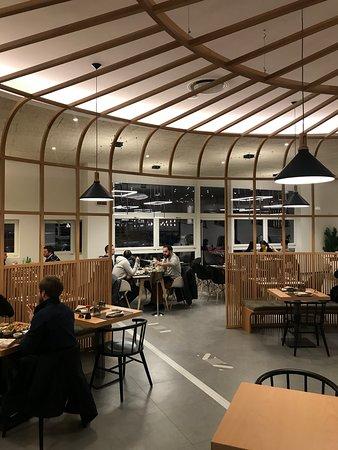 angolazione ristorante vista da dentro la gabbia di legno