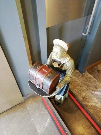 Yasmak Comfort Hotel: у входа вас встречает... поваренок. ему можно оставить монетку в благодарность за вкусный завтрак.
