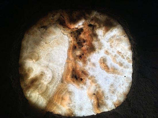 Santa Maria a Pie di Chienti: Finestrella in alabastro