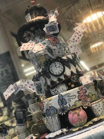NY Cake Cafe: Alice in wonderland cake display