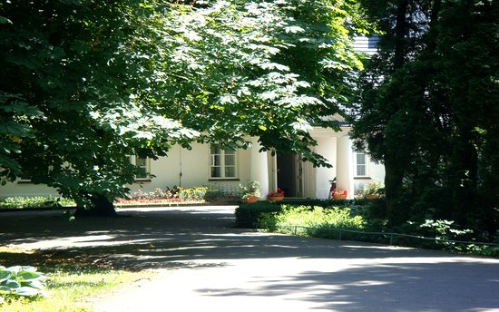 Zelazowa Wola, Polandia: Approaching The Front Entrance