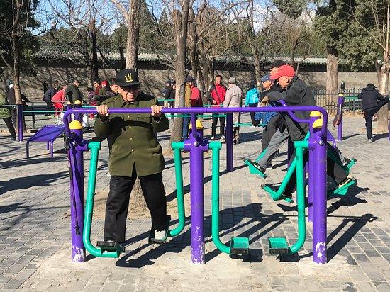 Excursión privada todo incluido de 2 días a Pekín con espectáculo nocturno opcional: Temple of Heaven - exercise area for Beijingers (and visitors!)