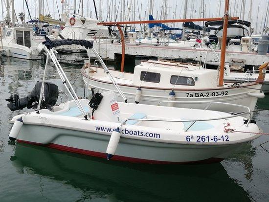 Fantástica embarcación Astec, con capacidad para 4 personas, no es necesaria licencia de navegación, ideal para recorrer el litoral de Sitges