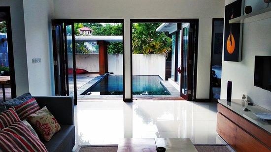 Fado Villa Prestige: A vista da sala para a piscina e jardim, a villa é super ampla e arejada