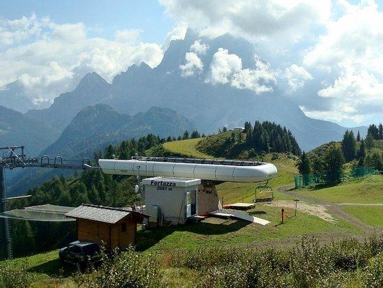 Selva di Cadore, Italia: La stazione d'arrivo con lo sfondo del Pelmo