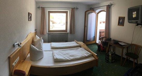 Flirsch, Østerrike: Zimmer mit Balkon und Bergblick