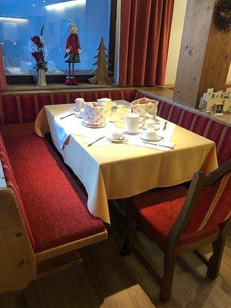 Flirsch, Østerrike: Man erhält für die gesamte Woche einen festen Tisch, der immer liebevoll gedeckt wird.