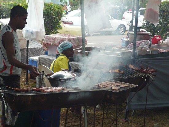 Anse Aux Pins, เซเชลส์: Il Festival dei BBQ, gli abitanti delle Seychelles sono i numero uno!!!...tra cibo, birra e musica Sega ad alto volume ....ogni occasione è buona per far festa!!!.. tutto l'anno....