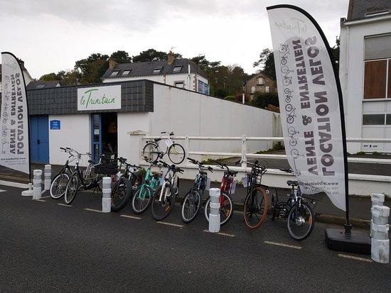 La Trinite-sur-Mer, France : Une large de gamme de vélos à la vente et a la location