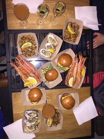 Oysters, mussels, Achelata and burgers with seafood