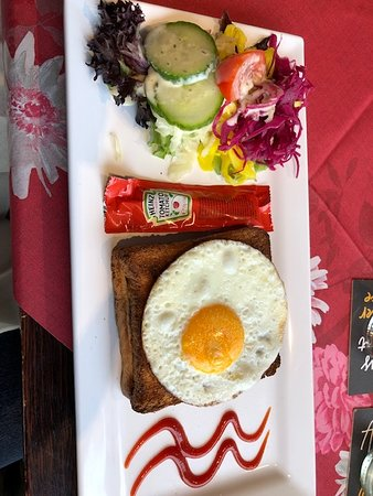 Lunchroom Oase: A ham, cheese and egg Toastie with salad