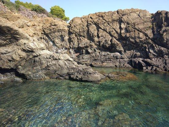 Llanca, Španělsko: The water is crystalline.