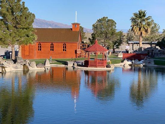 Longstreet Inn Casino & RV Resort: Pond with gazebo behind the hotel