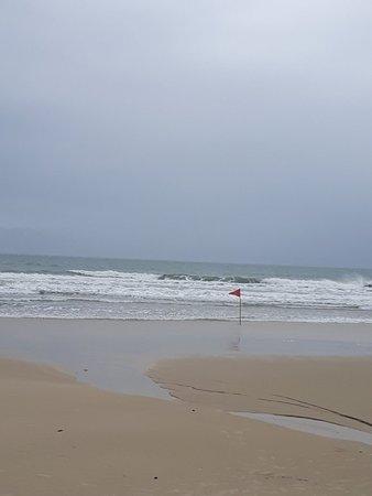 Praia calma no período