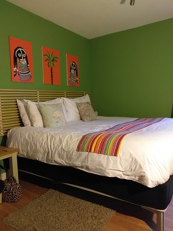 BayView Bed & Breakfast: A lovely bright room