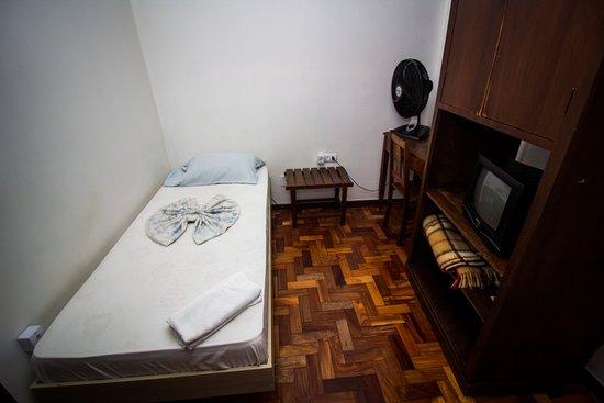 Apto individual simples economico, com suite, tv, ventilador de mesa 40 cm, internet 300 mb, cafe da manha completo, garagem.