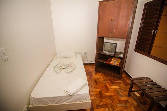 Apto simples econômico AB, suite, tv, ventilador de mesa 40 cm, internet 300 mb, cafe da manha completo, garagem.