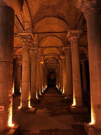 Basilica Cistern: Suelo seco, con un pequeño nivel de agua luciría espectacular con reflejos de luces