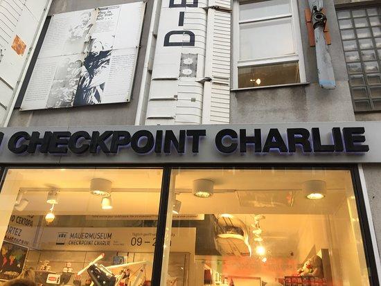 Checkpoint Charlie: Berlìn, Alemania 2017.