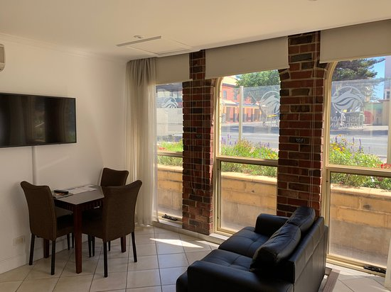 Ensenada Motor Inn and Suites: Suite 41 - two bedroom suite with kitchenette