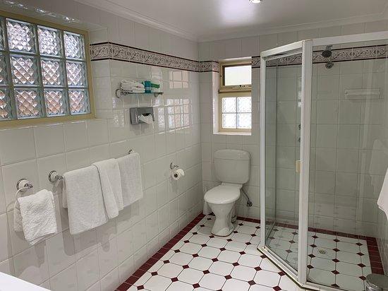 Ensenada Motor Inn and Suites: Suite 42 - two bedroom suite with spacious bathroom