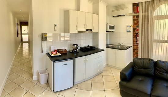 Ensenada Motor Inn and Suites: Suite 42 - absolute ground floor two bedroom suite with kitchenette and dual access from courtyard and car park