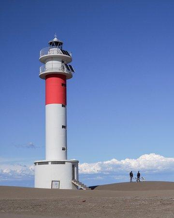 Deltebre, España: La playa de la Marquesa se encuentra ubicada en la punta del Fangar en el delta de l'Ebre. Más de 4 km de playa, donde podrás observar dunas y zonas de nidificación protegidas, y cuando llevas aproximadamente unos 45-60 minutos caminando, te encuentras el impresionante faro que domina la bahía del Fangar. Una excursión que puedes hacer con perros atados, y apta para niños que les guste caminar.