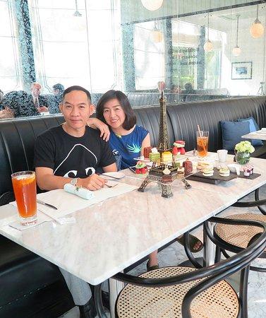 """Oriental Residence Bangkok:  คุณเพื่อน ของข้าพเจ้าแวะมาหา ช่วงบ่าย  ข้าพเจ้าเลย ชวน คุณเพื่อนมากิน ชุดจิบน้ำชา ยามบ่าย ที่ห้องอาหารหลักของทางโรงแรมแห่งนี้ครับ ชื่อว่าชุด """"Voyage  Paris Afternoon Tea"""" ครับ เมนู ของเค้า จะเป็นขนมสไตล์ฝรั่งเศส โดดเด่น ด้วยการจัดวาง ขนมต่างๆ มา บน """"หอไอเฟลจำลอง""""ถือว่าเป็นสวรรค์สำหรับคนชอบกินเบอเกอรี่และขนมหวานครับ"""