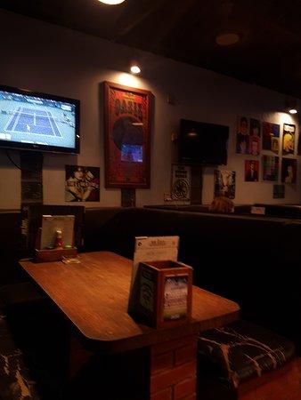 The Big Easy : На стенах телевизоры. Программы в основном спортивные.