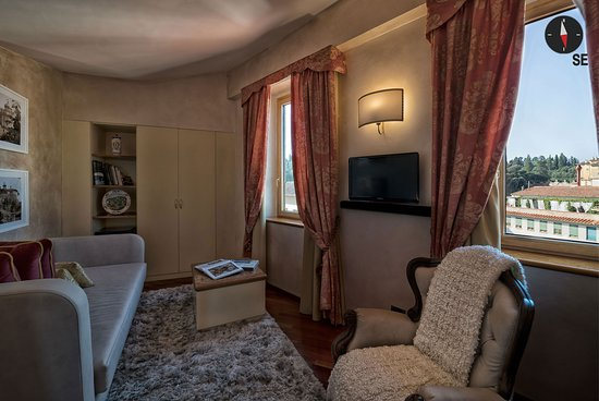 Pitti Palace al Ponte Vecchio: Living room Queen Suite 360°. Immerse yourself in the 360° panorama of Florence.