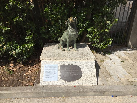 Museo Villa Puccini: The maestro's dog is remembered outside.