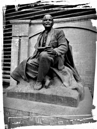Lenin House: Памятник во дворе.