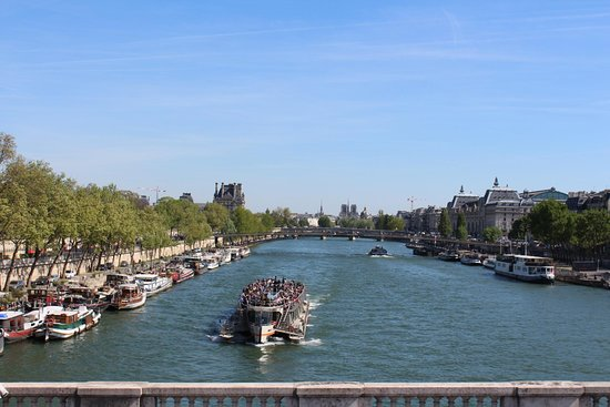 На парижских набережных бывает аншлаг