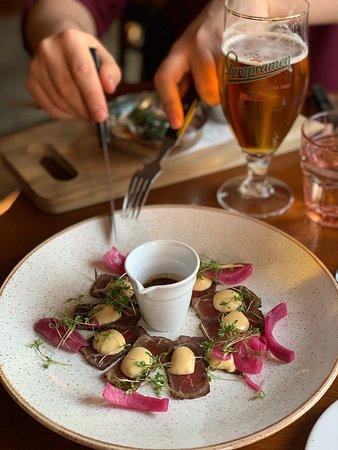 Upp eller Ner: Starter: Beef tataki with misomayo, soy, tahini, pickled red onion, chili