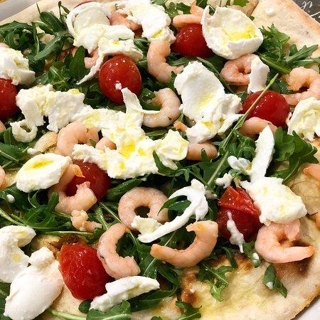 PIZZA TONDA senza pomodoro e senza mozzarella con GAMBERETTI RUCOLA POMODORINI E BUFALA