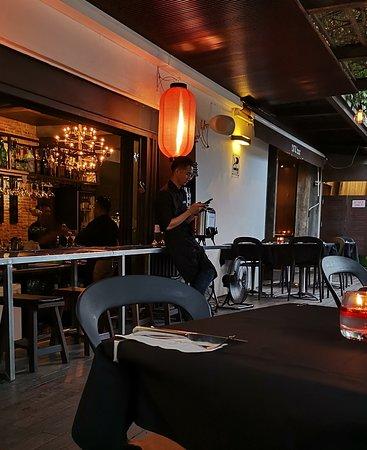 Zinc Restaurant and Bar: Kelner cały czas zajęty swoim telefonem