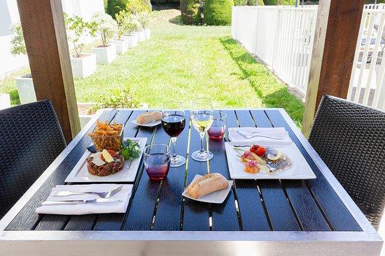 Déjeuner a l'ombre en terrasse