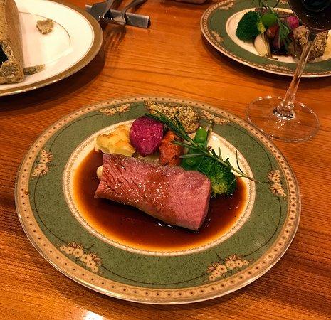 Bistrotoki: お皿に盛られたラム肉(ローストビーフ風)