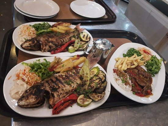 Molos Restaurant: Greek specialties and fresh fish on grill.