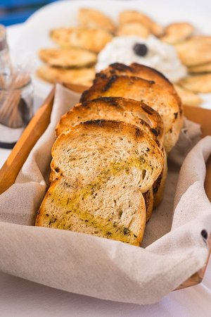 Molos Restaurant: Bread on grill with olive oil, salt and oregano.