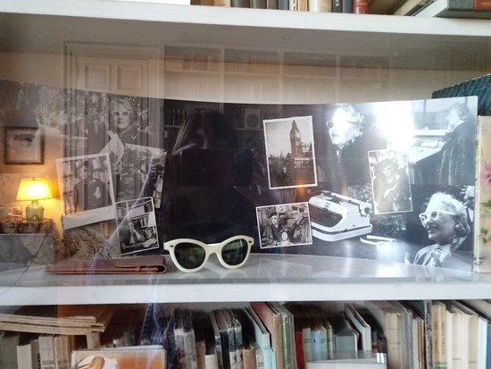 Beccar, Argentyna: Parte de la gran biblioteca de Victoria Ocampo y sus infaltables lentes.