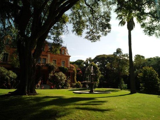 Beccar, Argentyna: Fachada de la casa y el jardin