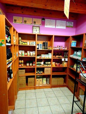 Producteur de vin BIO: Maury, Muscat, Rivesaltes, Côtes du Roussillon Villages. Epicerie BIO : Fromages, Charcuterie, Pain, Bières, Fruits et Légumes...