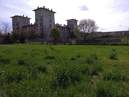 Montelupo Fiorentino, อิตาลี: The Villa seen from the north side. In the foreground, the large space once occupied by the Italian gardens, of which remains a document in the lunette of Iustus van Utens. On the right, the covered corridor that allowed the passage from the Villa to the church of San Pietro d'Alcantara (not visible here), built at the end of the 17th century by the Grand Duke Cosimo III. In the church currently the Archaeological Museum of Montelupo is located.