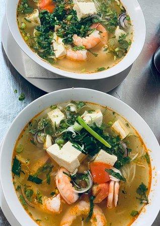 """Jilava, Rumunia: Bún Tôm, aneb krevetová polévka s nadýchaným tofu. Tato hvězda stojí na druhém místě v seznamu nejoblíbenějších, hnedka po klasickém """"Phočku"""" 🤔🤩"""