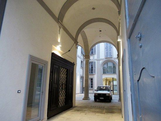 Palazzo Corso di Porta Romana 17: L'androne e il cortile