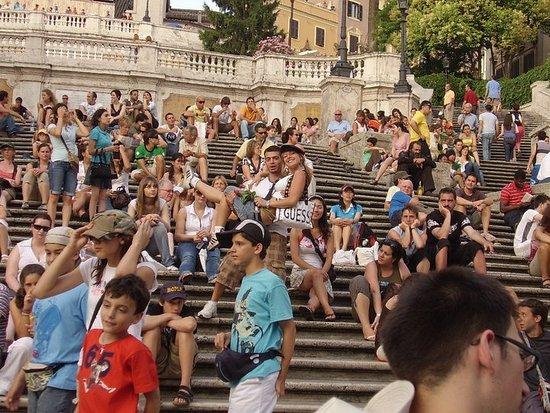 ... che puoi girare il mondo quanto vuoi,ma la citta' piu' romantica rimane sempre Roma. Caput mundi. E non c'è scalinata che tenga al cospetto di quella di piazza di Spagna. Fra turisti,curiosi e venditori di rose. Roma fa' quel che pare a lei. Roma po' fa pure la stupida,stasera.