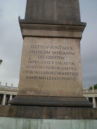 Vaticano Egyptian Obelisk: inscripción en la base del Obelisco