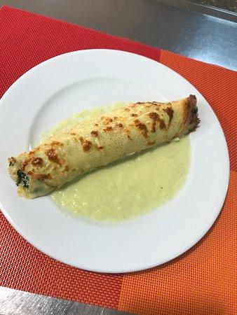 Crepe de queso de Cabra con espinacas y pollo al gratin